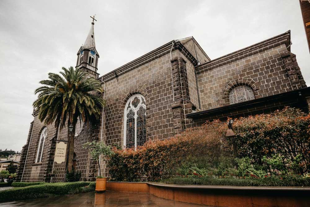 Igreja de tijolos cinzas sob o céu nublado, durante o dia, é um dos atrativos em Gramado, um dos melhores lugares para viajar a dois