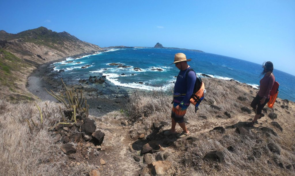 Turistas caminham em trilha Atalaia, um dos atrativos entre muito o que fazer em Fernando de Noronha