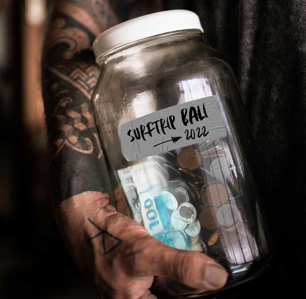 viajante segura pode com moedas e notas de dinheiro escrito ''suftrip bali 2022''