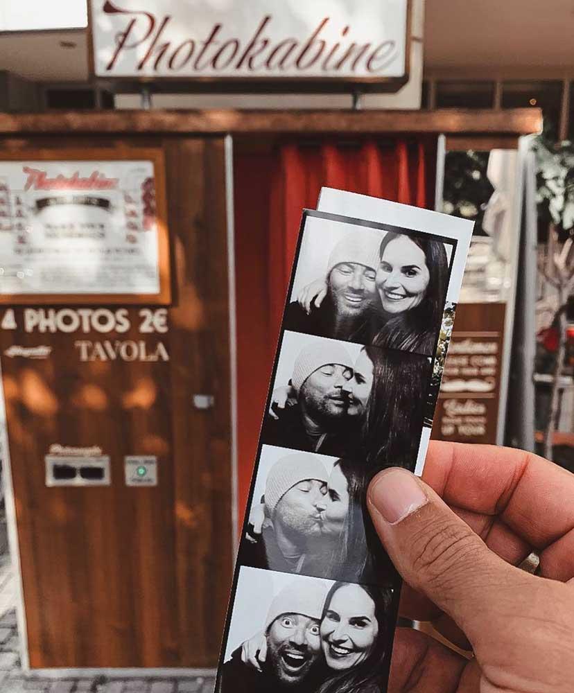 Pessoa segura foto revelada de casal se beijando e sorrindo
