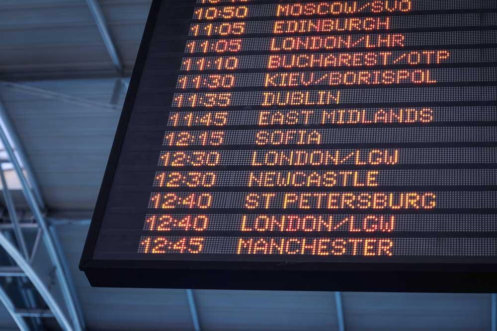 Painel em aeroporto exibe horários de voos e destinos