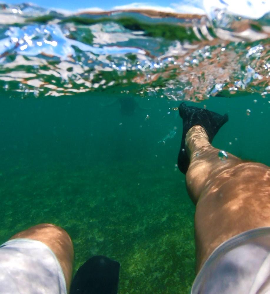 Turista praticando snorkeling, um dos atrativos entre muito o que fazer em Fernando de Noronha