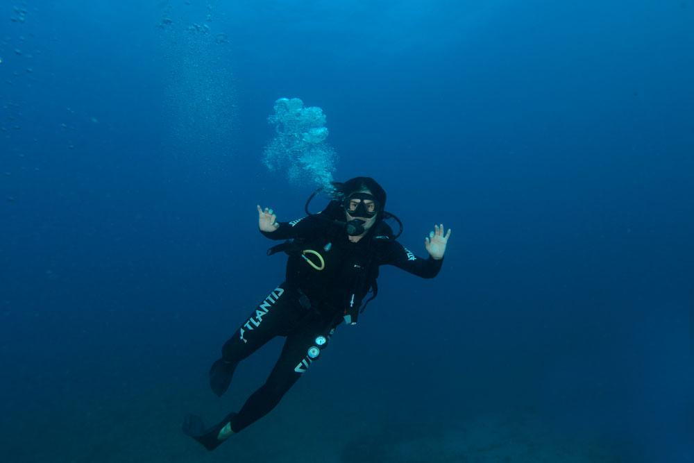 Babi Rocha, nômade digital brasileira em mergulho de batismo, um dos atrativos entre muito o que fazer em Fernando de Noronha