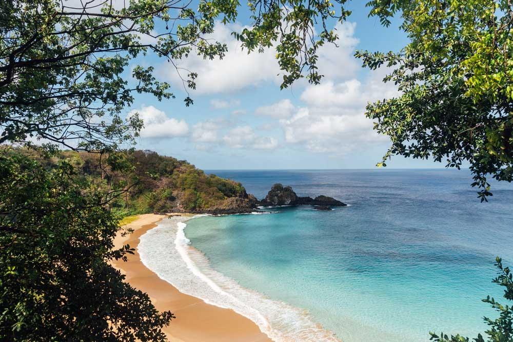 Vista panorâmica de águas azuis de praia em Fernando de Noronha