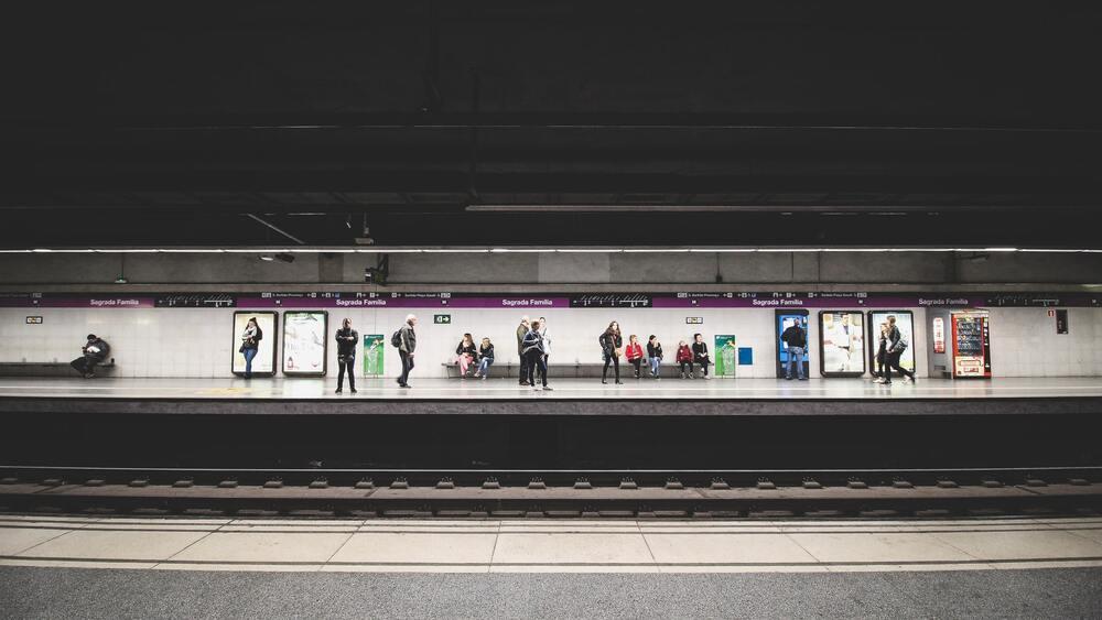 Pessoas esperam o metrô, uma alternativa de transporte para quem quer economizar e juntar dinheiro para viajar