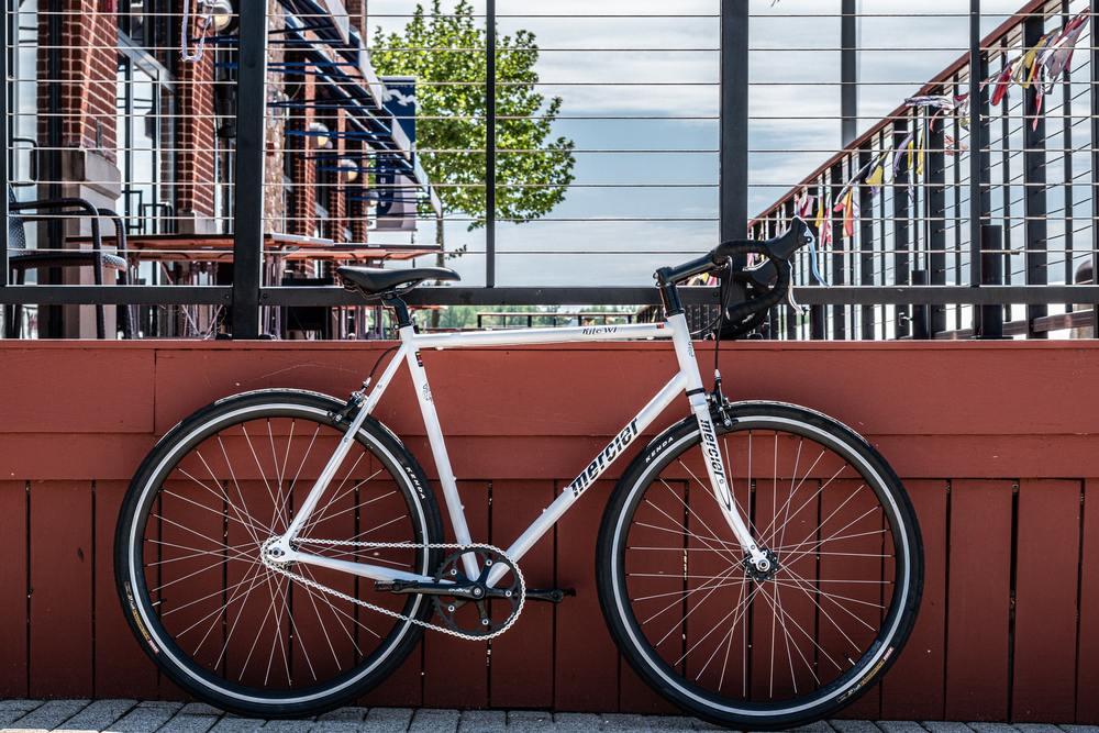 Bicicleta estacionada, é um bom transporte a ser usado por quem quer juntar dinheiro para viajar