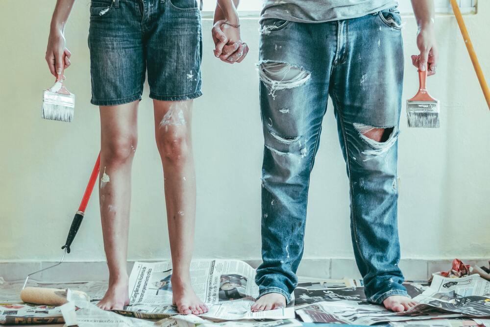Casal pinta a casa ao invés de contratar pintor, uma boa forma de economizar e juntar dinheiro para viajar