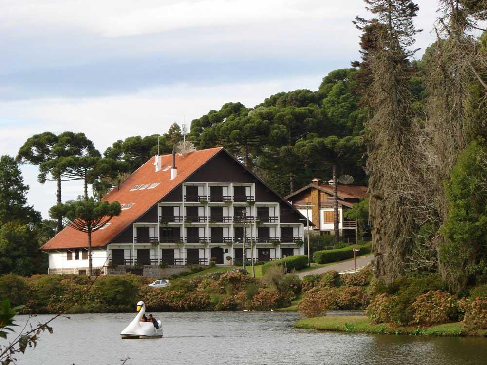 Pessoas andam de pedalinho em Lago negro, uma das atrações entre muito o que fazer em Gramado e Canela