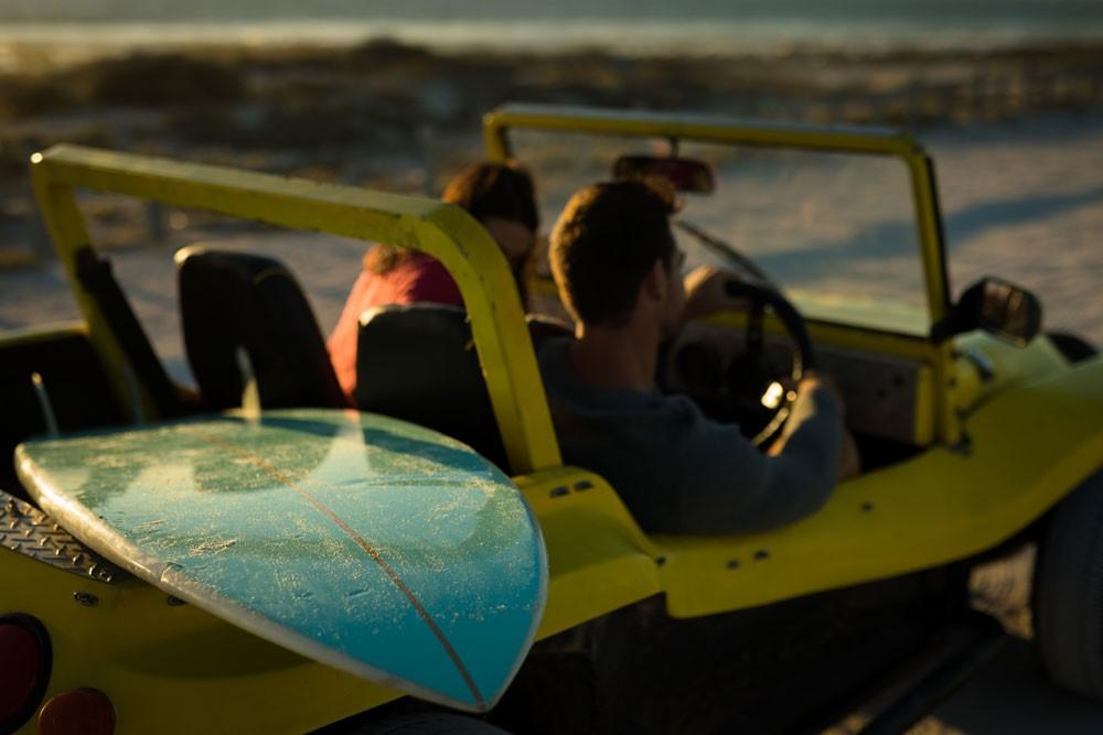 viajantes em buggy amarelo, durante o dia, um dos passeios mais divertidos entre muito o que fazer em João Pessoa