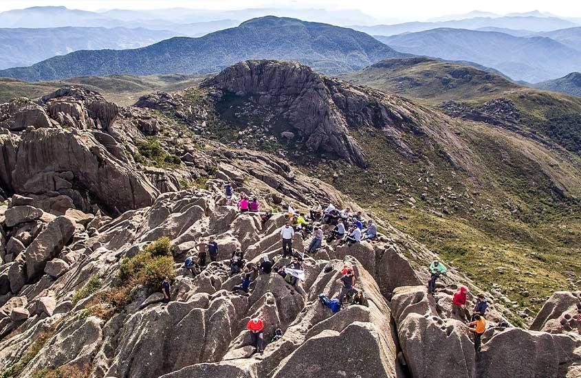 viajantes caminhando em trilha do Pico das Agulhas Negras, durante o dia