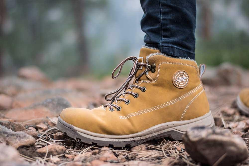 viajante com bota marrom, caminhando em trilha em Visconde de Mauá