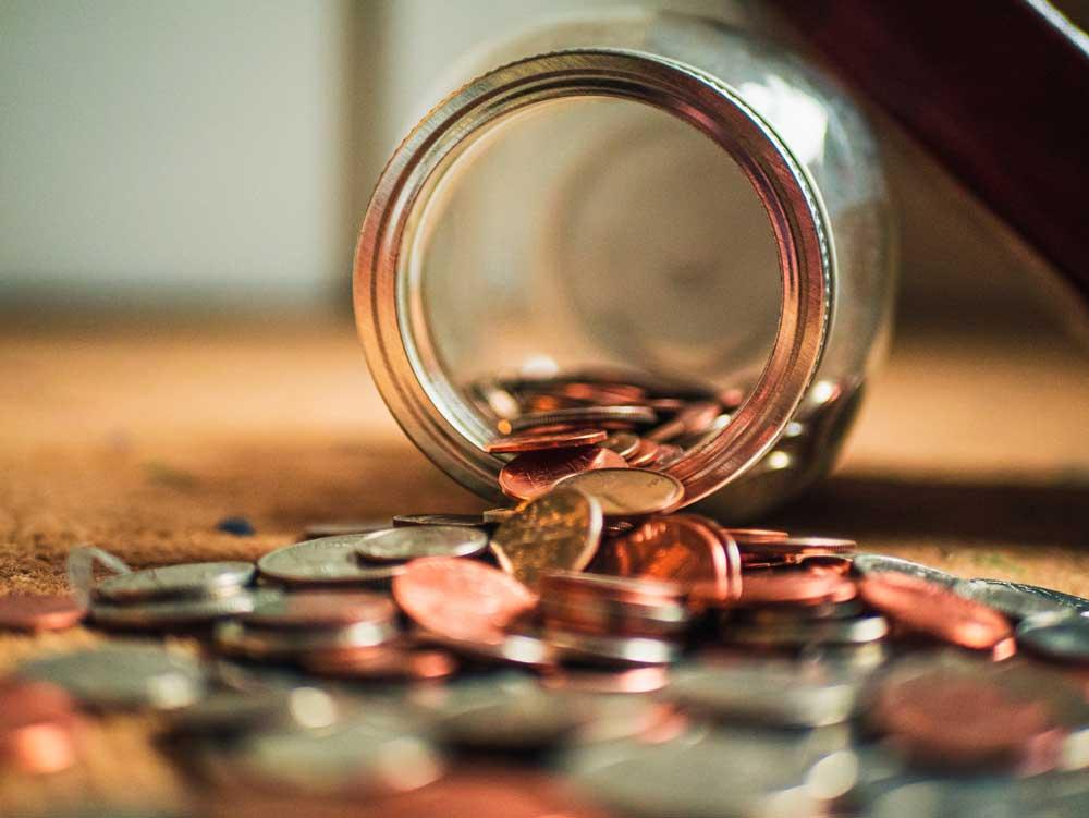Moedas em cofre, um meio para juntar dinheiro e fazer uma viagem a dois
