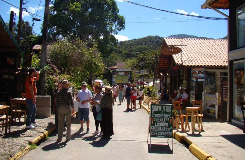 viajantes conversam em frente a sorveteria, uma das opções entre muito o que fazer em visconde de Mauá
