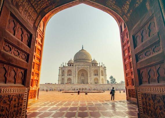 pessoas em frente a taj mahal na Índia, um país para viajar barato