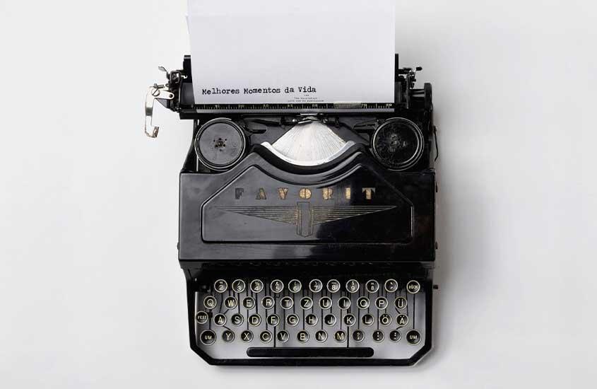 Papel com frase ''melhores momentos da vida'' saindo de máquina de escrever