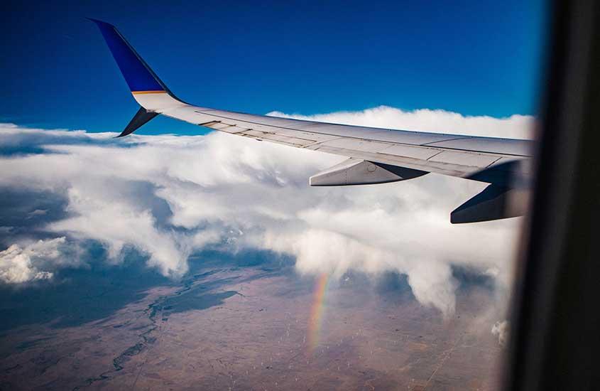 Avião sobre nuvens durante o dia