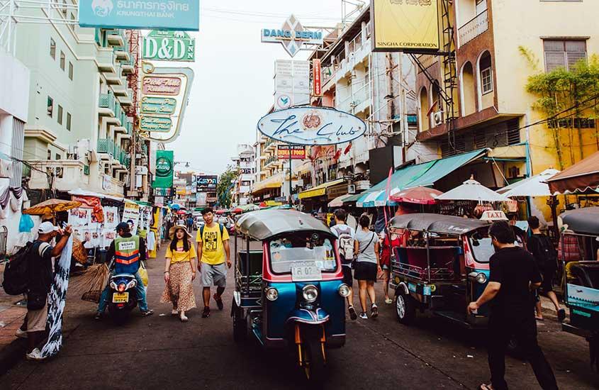 pessoas caminham em Khao San Road, uma opção para quem busca onde ficar em Bangkok