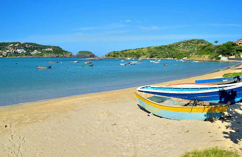 Barcos atracados em praia da Ferradura