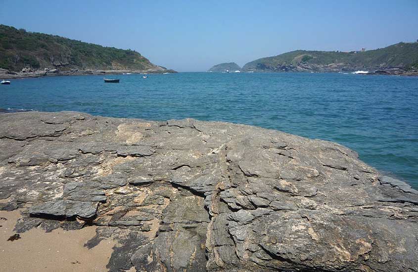 Rochas e mar da praia do forno