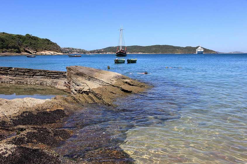 Barcos no mar da praia Azeda em Búzios