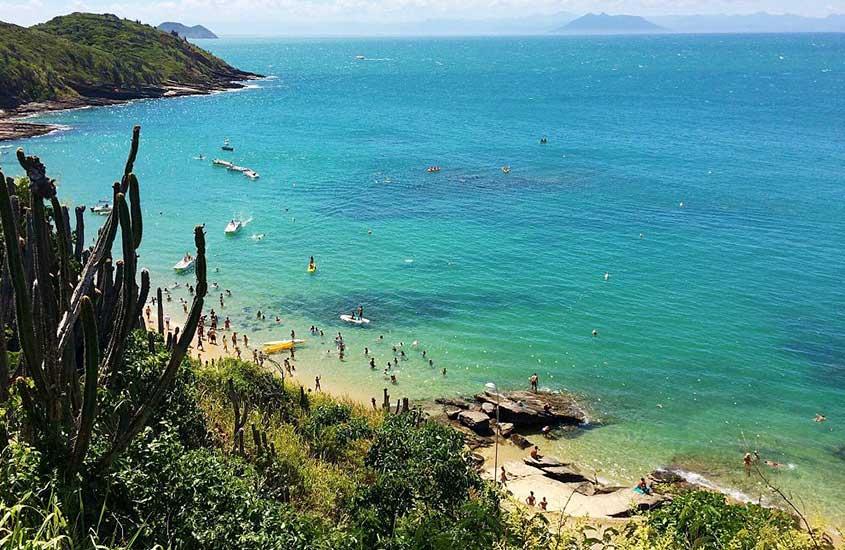Vista área de Praia de João Fernandes em Búzios, durante o dia