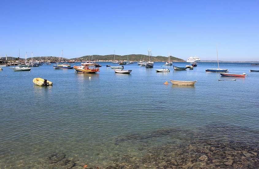 Barcos atracados na praia dos ossos em Búzios