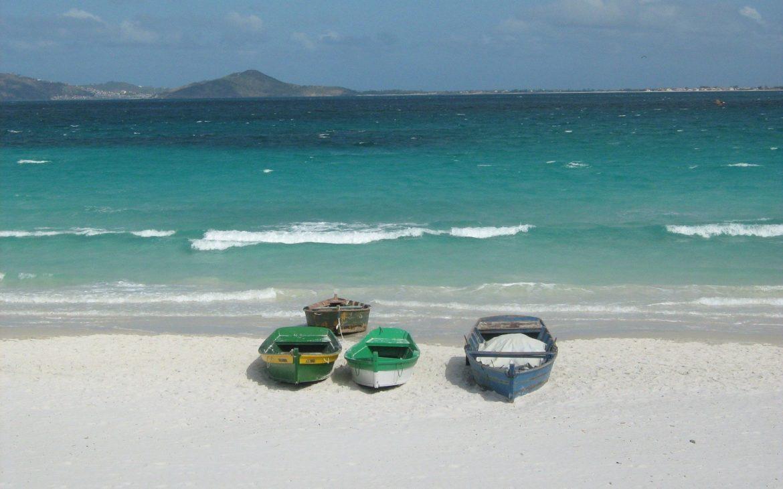 Barcos de pesca à beira-mar, em Cabo Frio, cidade da Região dos Lagos Rio de Janeiro