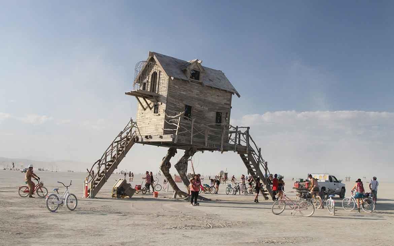 Pessoas andam de bicicleta em Black Rock, deserto em Nevada onde ocorre o Burning Man um dos festivais pelo mundo