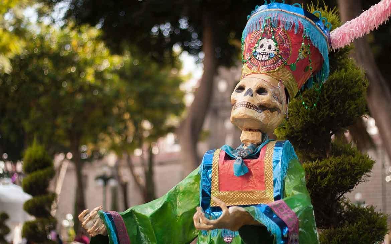 Estátua de caveira enfeita rua do México em Día de los Muertos, um dos festivais pelo mundo
