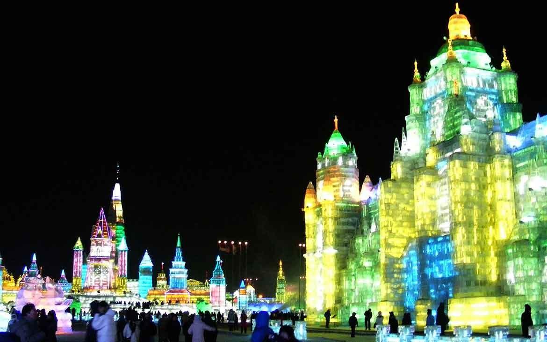 Castelos coloridos de gelo em Harbin Ice and Snow um dos festivais pelo mundo
