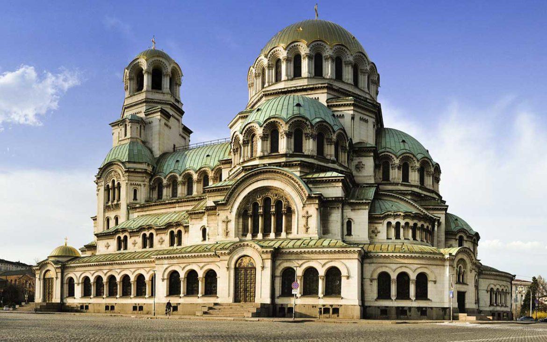 Vista panorâmica, durante o dia, da catedral de Alexandre Nevsky uma construção em estilo neobizantino, que fica em Sófia, capital da Bulgária, um dos lugares para viajar barato