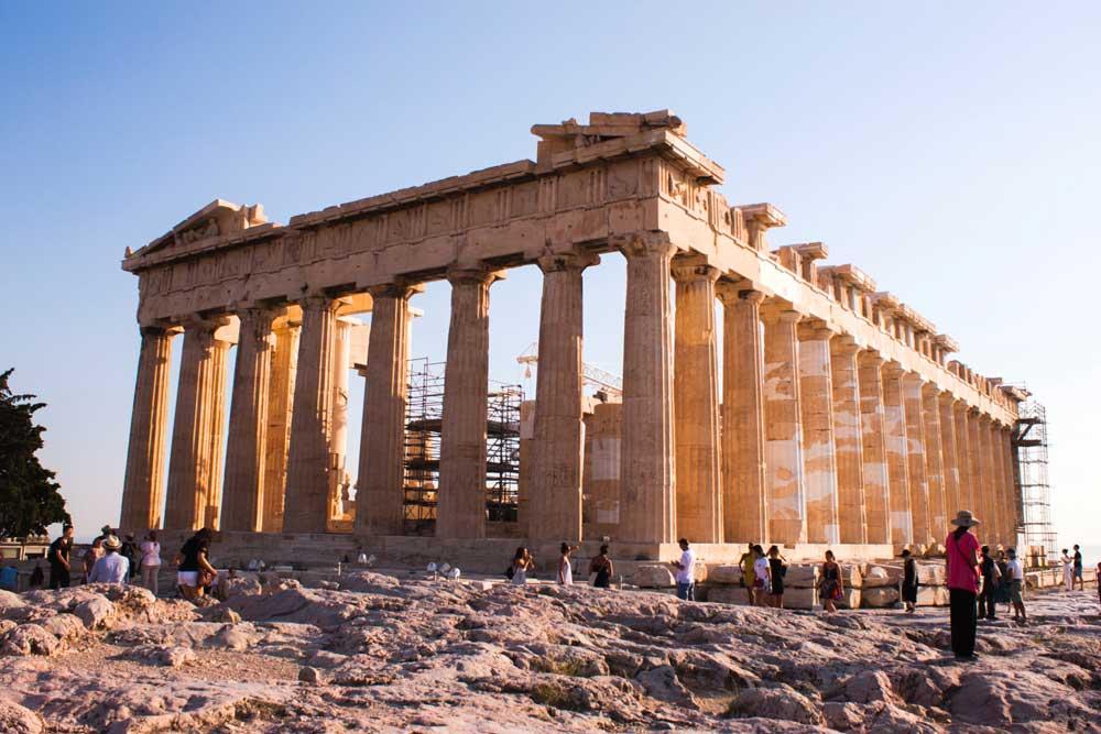 Partenon, durante o dia, tempo construído no século V a.C., localizado em Atenas, na Grécia, um dos lugares para viajar barato.