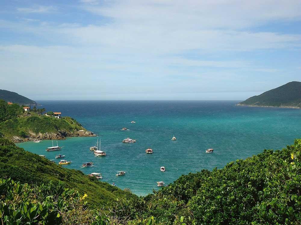 Vista área de barcos em mar de Arraial do Cabo, uma das cidades da Região dos Lagos Rio de Janeiro