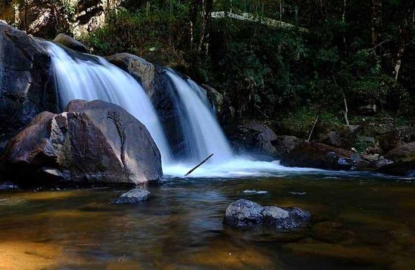 Queda d'água da cachoeira Pedro David em São Francisco Xavier, cidade da Serra da Mantiqueira.