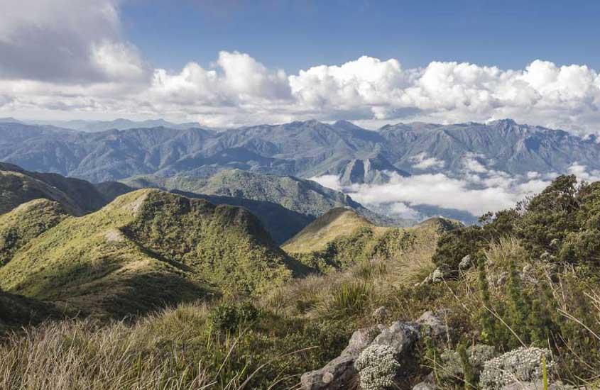 Vista panorâmica da Serra da Mantiqueira, cadeia montanhosa que se estende por São Paulo, Minas Gerais e Rio de Janeiro