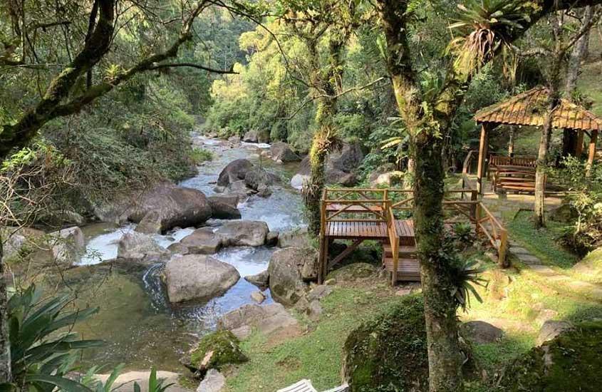Cachoeiras passam entre o jardim da pousada Águas das Serra, hospedagem para quem busca Turismo na Serra da Mantiqueira.