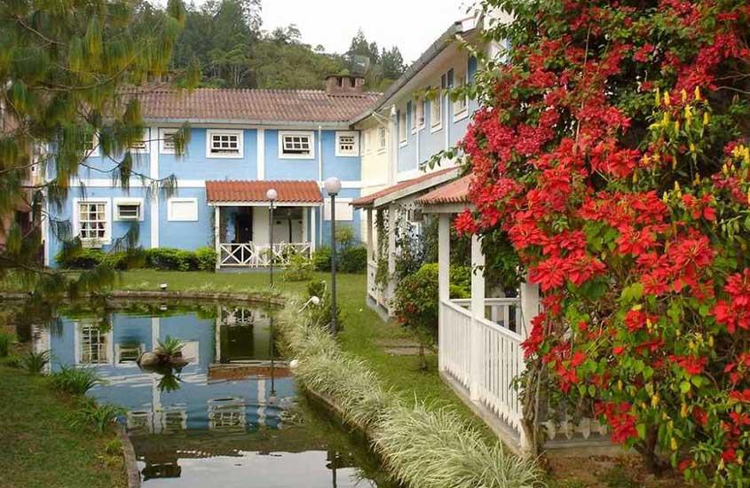 Casas azuis em estilo finlandês à margem de um pequeno rio de Penedo, uma das mais visitadas para turismo na Serra da Mantiqueira.