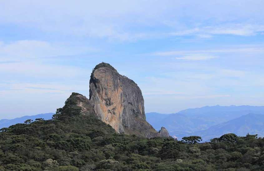 Vista panorâmica da Pedra do Baú, monumento natural do município da Serra da Mantiqueira.