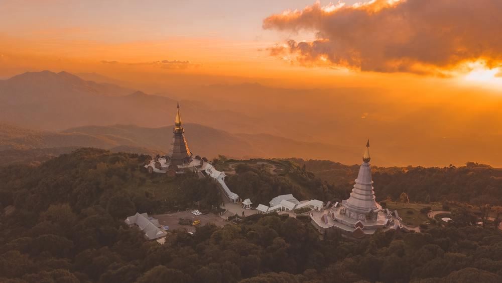 Vista área, durante o pôr do sol, de construções e vegetação de Doi Inthanon, a montanha mais alta da Tailândia