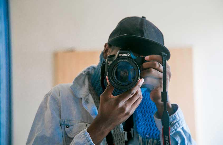 viajante fotografando, uma alternativa de trabalho para quem quer saber como viajar barato