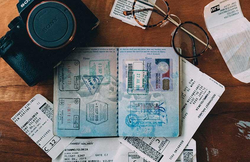 passaporte em cima da mesa com visto de trabalho, uma alternativa para quem quer saber como viajar barato