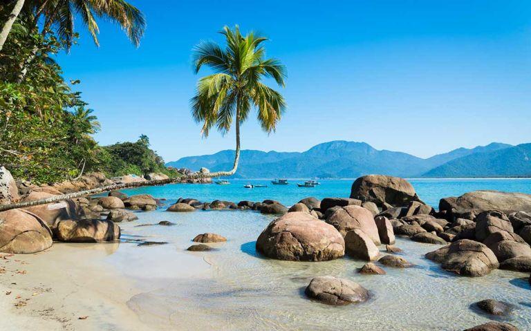 rochas as margens de águas cristalinas, um paraíso para quem procura o que fazer de graça em Ilha Grande