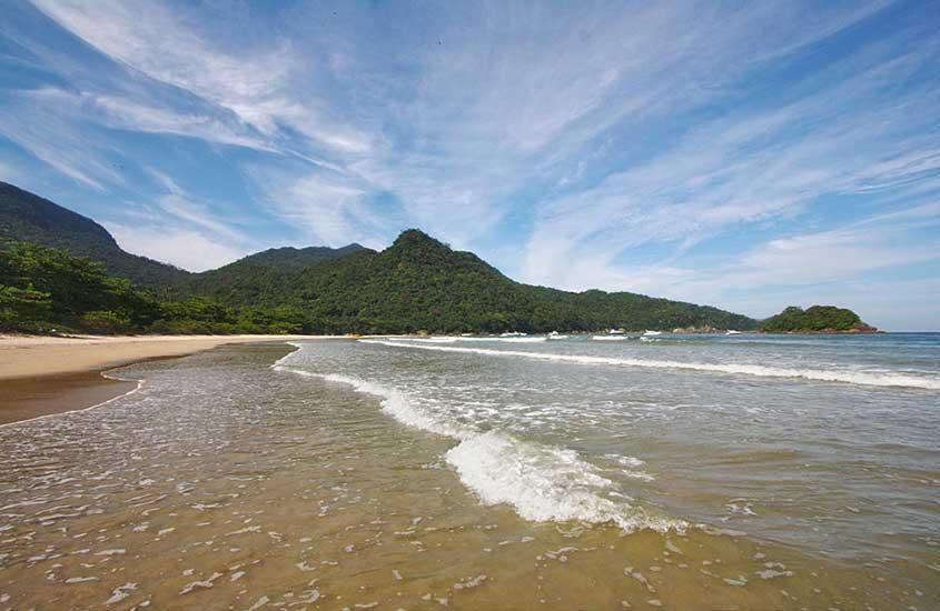 ondas em praia durante o dia, sob o céu azul em Ilha Grande