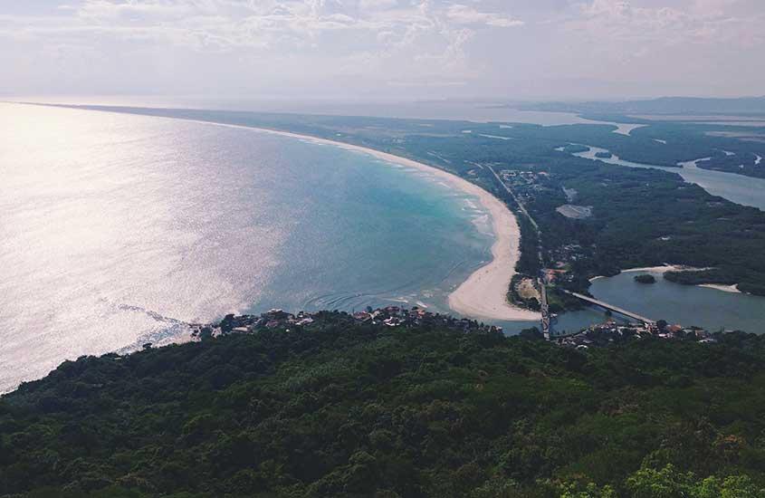 Vista aérea de mar da praia da barra de guaratiba RJ