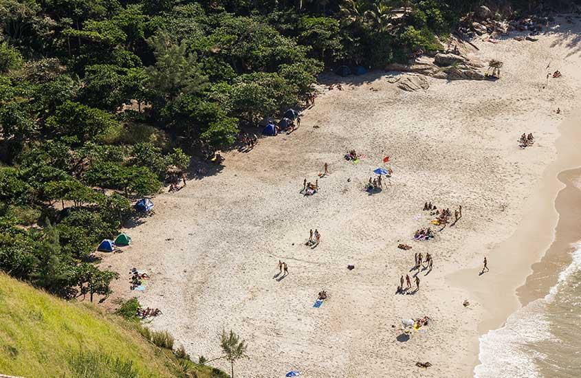 Pessoas em Praias selvagens, uma das opções entre muito o que fazer em Barra de Guaratiba
