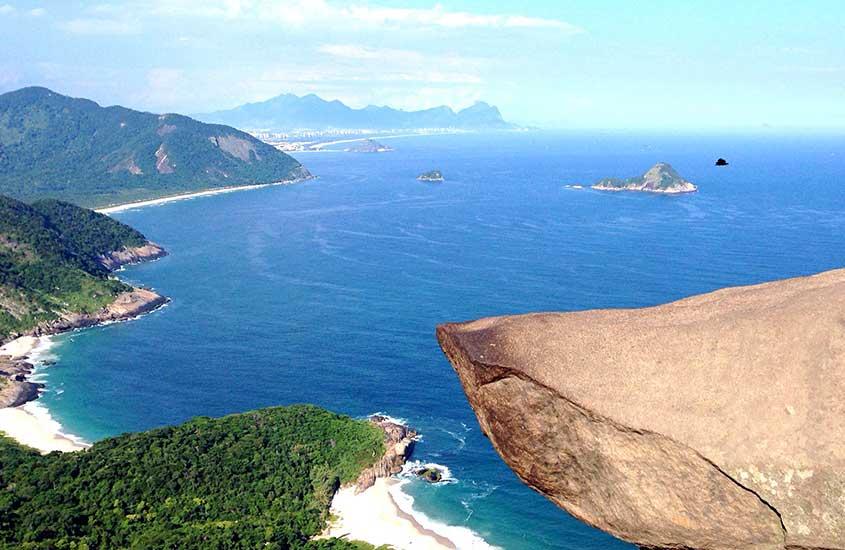 Vista aérea de Pedra do Telégrafo e mar da praia da barra de guaratiba Rj
