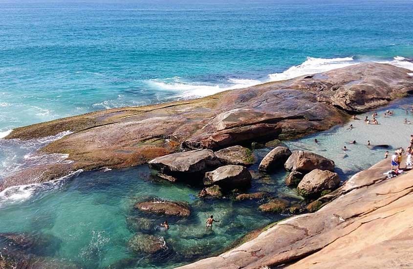 Pessoas nadando em piscina natural de Praia do Secreto em Recreio dos Bandeirantes, perto de Barra de Guaratiba RJ