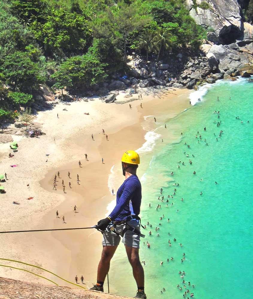 Viajante fazendo Rapel na Pedra da Tartaruga, uma das opções entre muito o que fazer em Barra de Guaratiba RJ