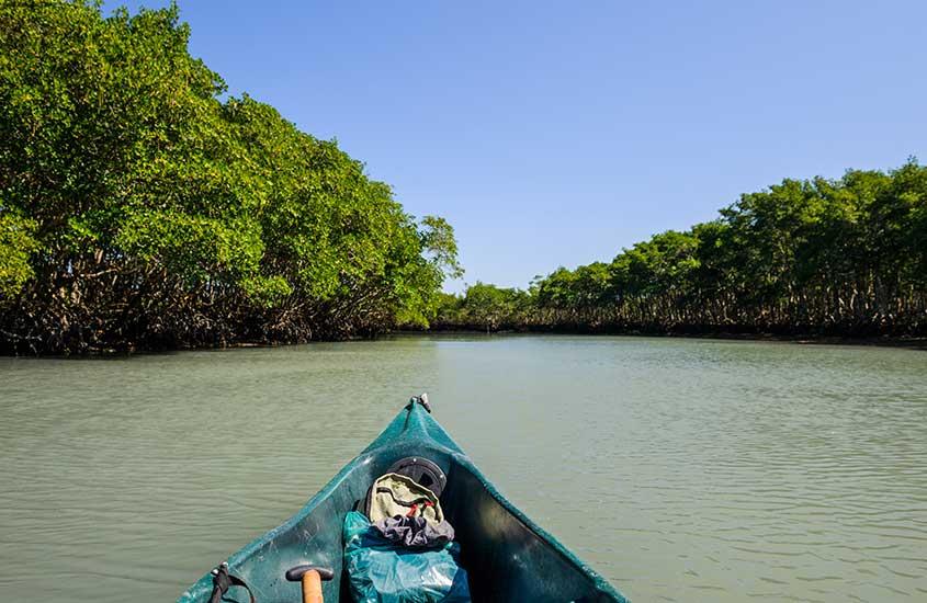 Barco em mangue da Barra de Guaratiba RJ durante o dia