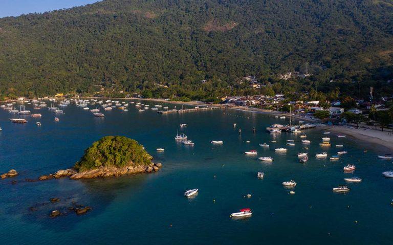 Vista aérea de barcos atracados no mar de Ilha Grande, durante o dia